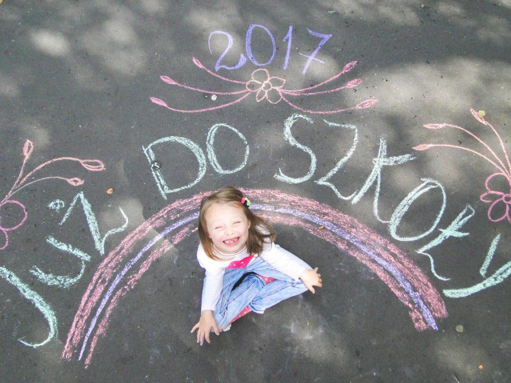 """7 """"First Day of School/Kindergarten"""" Photo Ideas"""