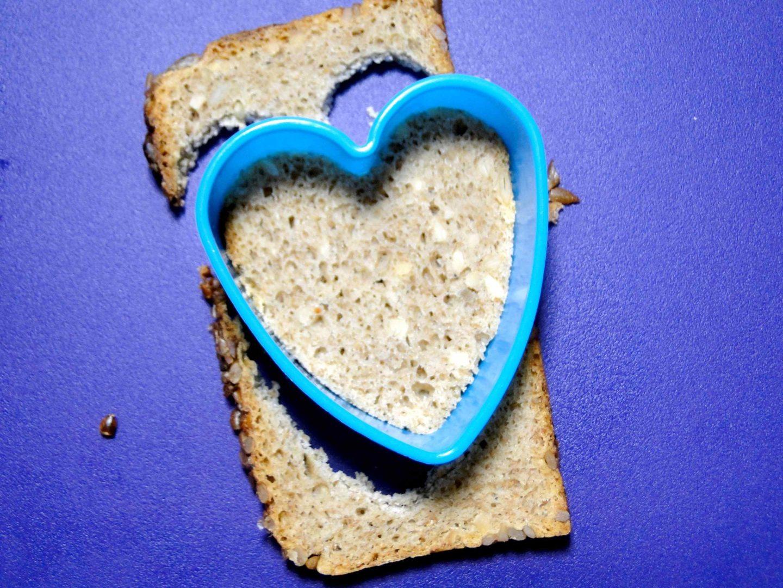 walentynkowe śniadanie wycinanie serca w chlebie