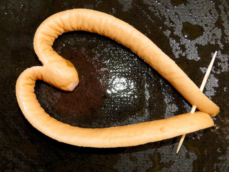 walentynkowe śniadanie parówka w kształcie serca
