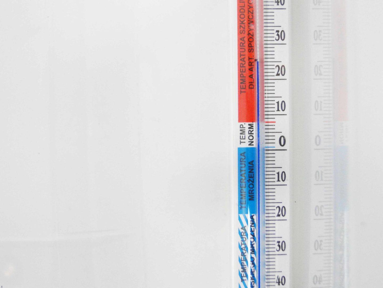 termometr, który został umieszczony w zamkniętym pudełku