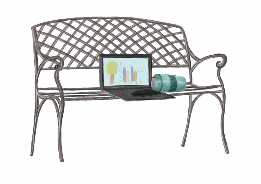 ławka, a na ławce stoi laptop i przewrócony kupek z kawą