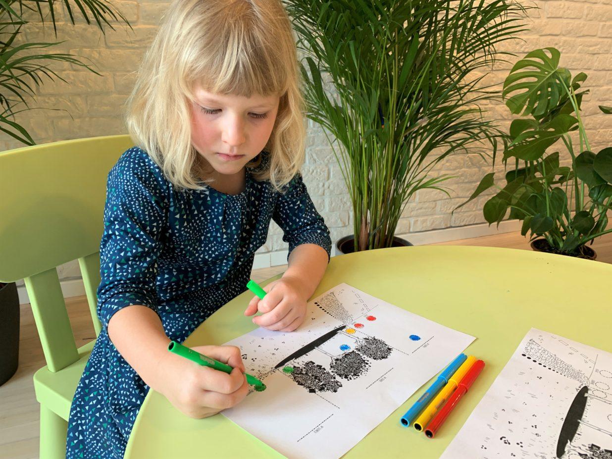 Dziewczynka kolorująca rysunek
