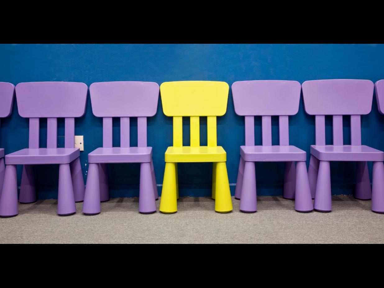 krzesełka ustawiane w rząd