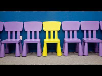 10 krzeseł – gra o biedzie